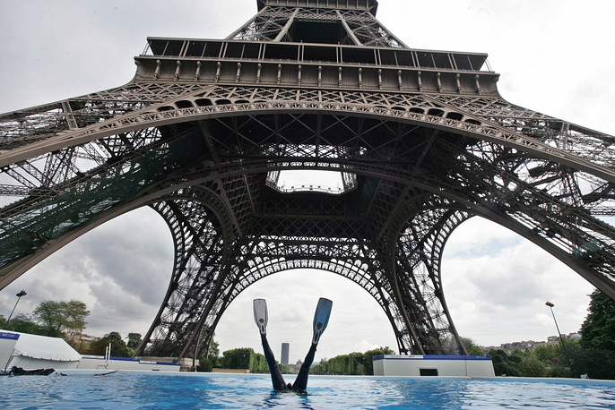 In 2012 the Eiffel Tower was appraised at €435 bln. and was named the most expensive building in Europe. Photo: a diver in a pool near the tower in 2007