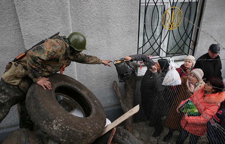Participants in the protest action said they had been compelled to take drastic steps by statements of the Interior Ministry's top brass. Photo:  citizens handing food to protesters on the barricades