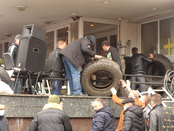 Protesters at Mariupol mayor's office