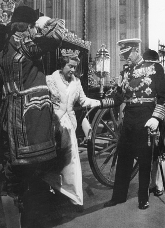 Queen Elisabeth arrives to Parliament in 1988