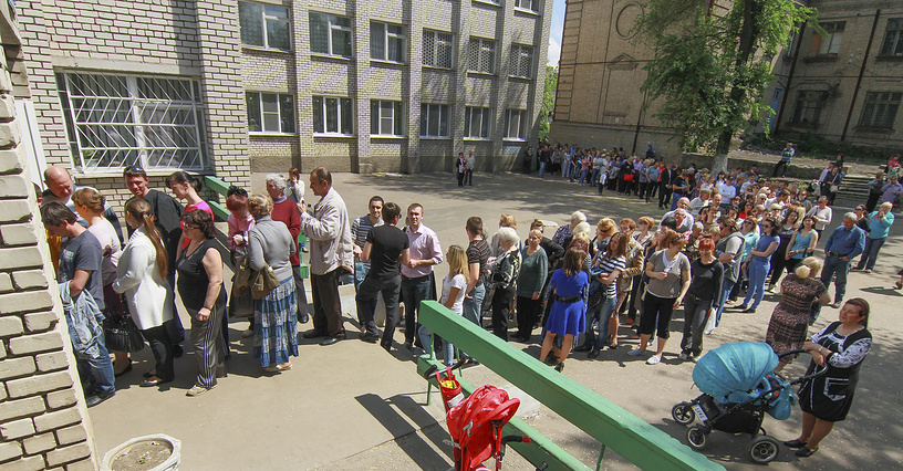 People line up to vote in Donetsk