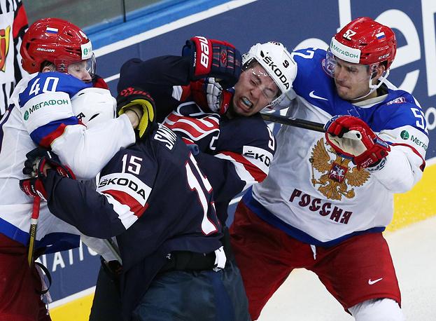 US Craig Smith, Tyler Johnson (L-R blue) and Russia's Sergei Kalinin, Sergei Shirokov (L-R white)