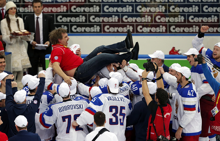 Russian head coach Oleg Znarok was disqualified for the final, but took part in the celebrations (photo)