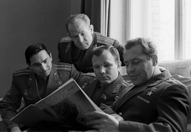 Soviet cosmonauts Valentin Bykovsky (left), Alexei Leonov, Yuri Gagarin and German Titov reading the Amerika magazine during a break in their training