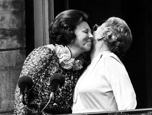 Wilhelmina's daughter, Queen Juliana of the Netherlands, abdicated as well in 1980. Photo: Juliana, just after her abdication, kisses her eldest daughter Beatrix