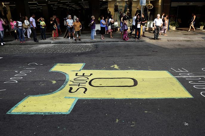 Graffiti against the World Cup on the street in Rio de Janeiro reads in Portuguese 'Zero health'