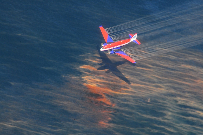 11 people died and 17 were injured as a result of the disaster. Over 4,9 million barrels were spilled in the ocean