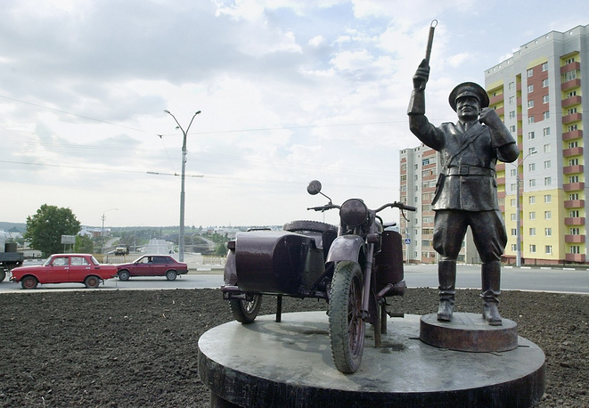 A sculpture praising work of traffic policemen in Belgorog