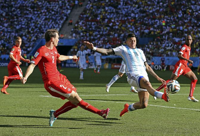 Switzerland's Fabian Lichtsteiner (L) and Argentina's Marcos Rojo