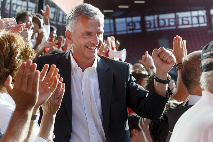 Swiss President Didier Burkhalter shared the joy of victory over Ecuador with other fans in Switzerland's Neuchatel