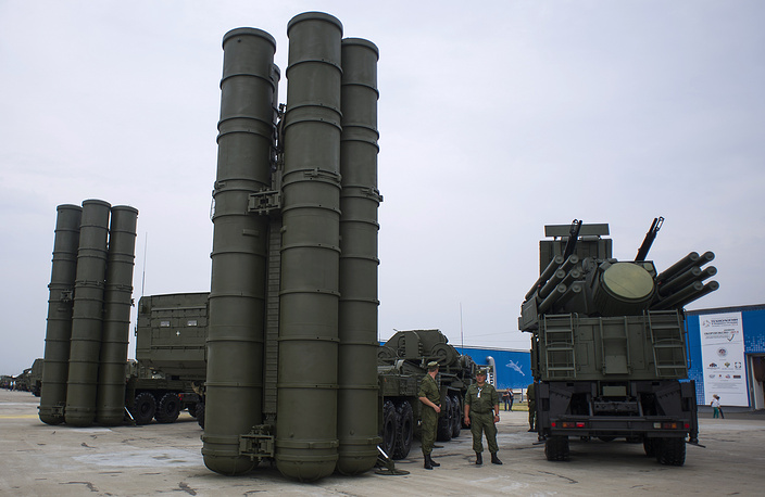 A S-400 Triumf anti-aircraft defense system