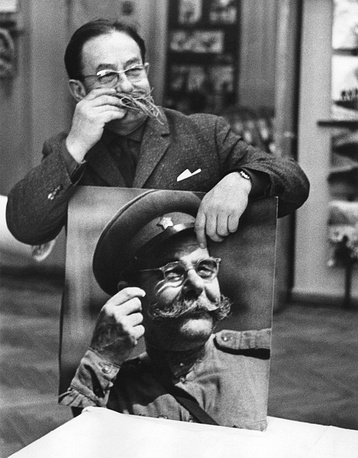 TASS special photo correspondent Mark Red'kin with the portrait of Semyon Budyonny, 1965