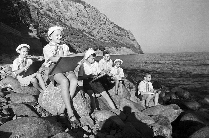 Pioneers' summer in Crimea, 1950s