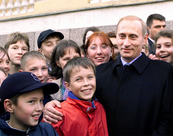 Vladimir Putin celebrated his first birthday as president in Pavlovsk, near Saint-Petersburg. Photo: Russian school children congratulate Vladimir Putin