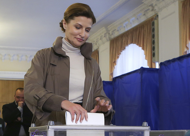 Photo: Ukrainian president Petro Poroshenko's wife casts her ballot at a polling station in Kiev