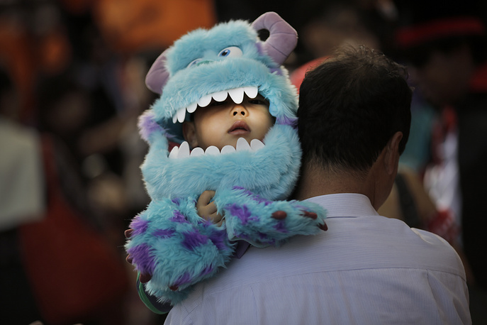 Photo: сhild in a disguise depicting Sulley from movie Monsters, Tokyo, Japan, October 25, 2014