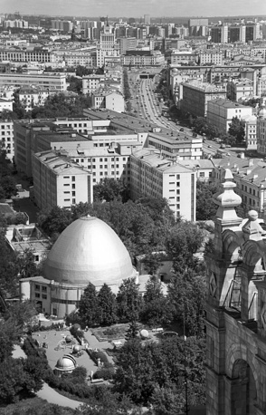 Constructivist building of planetarium is a cylinder with an egg-shaped dome. It was built by German company Dyckerhoff. Moscow Planetarium was opened in 1929 and became the thirteenth planetarium in the world