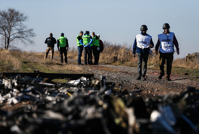 Photo: Investigators from the Netherlands and OSCE observers examine the wreckage of the Malaysia Airlines Flight MH17, November 6, 2014