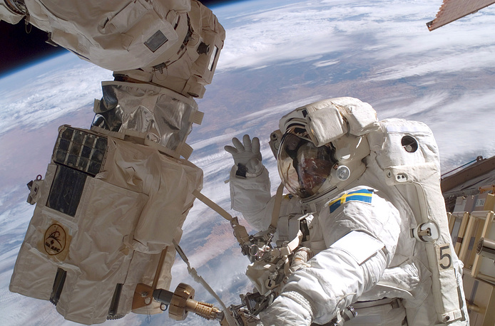 All the station's modules except Rassvet required installation by crewmembers using the Space Station Remote Manipulator System (SSRMS) and extra-vehicular activity (EVA). Photo: ESA astronaut participating in the session of extravehicular activity as construction goes on the International Space Station, 2006