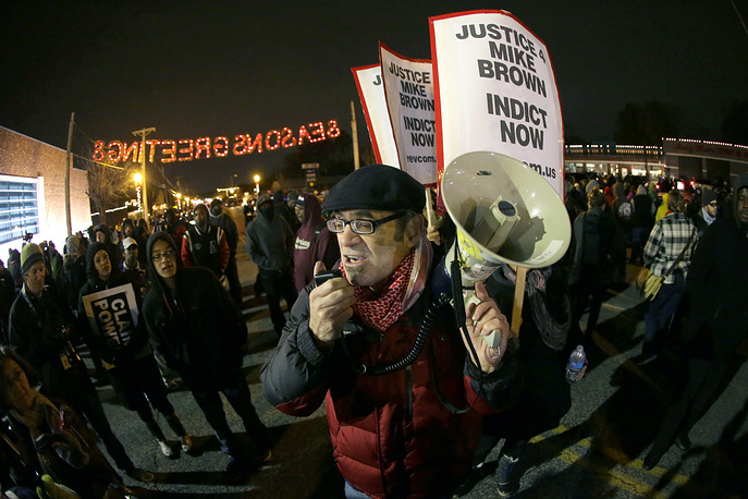 Hundreds of citizens have taken to the streets in the US city of Ferguson, protesting against the grand jury decision. Photo: Protestersin front of the Ferguson Police Department before the announcement of the grand jury decision