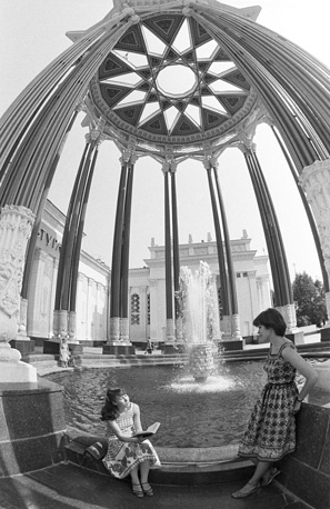 Each pavilion was dedicated to a particular industry or a field. Photo: Fountain near Soviet Culture pavilion at VDNKh exhibition center