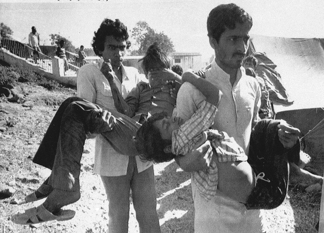 Investigation revealed that the main cause of accident occurred in Bhopal were violations of safety standards by the administration of the plant. Photo: Men carry children blinded by the Union Carbide chemical pesticide leak to a hospital in Bhopal, India, 1984