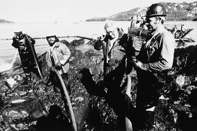 The Valdez spill was the largest in US waters until the 2010 Deepwater Horizon oil spill. Photo: Oil spill clean up on a Naked Island Beach in the Prince William Sound, 1989, Alaska