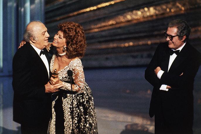 Federico Fellini holding his lifetime achievement Oscar, Italian actress Sophia Loren and Italian actor Marcello Mastroianni at the 65th Academy Awards show in Los Angeles, United States, 1993