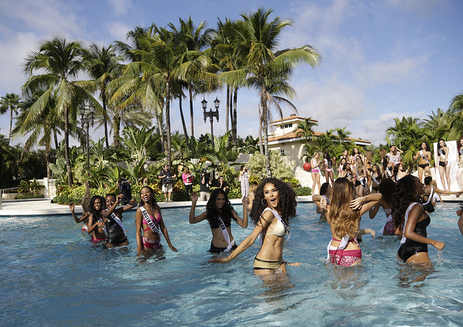 Miss Universe contestants in the pool during the swimsuit runway show
