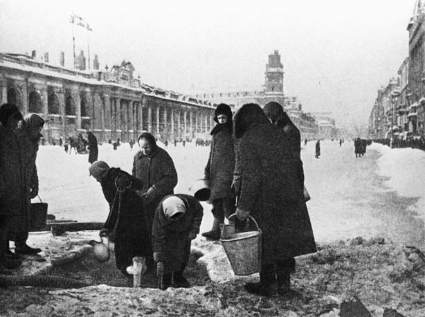 Leningrad residents on Nevskiy prospekt providing themselves with a drinking water