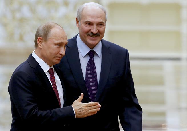 Belarus President Alexander Lukashenko welcomes Russian President Vladimir Putin