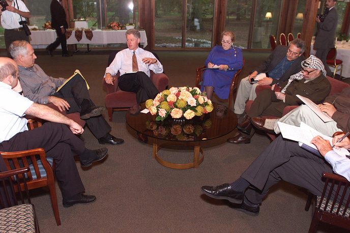 Israeli-Palestinian talks before the signing of the Wye River Memorandum in October 1998 were held in Washington. One of the rounds lasted almost twenty-four hours. Photo: US President Clinton and Secretary of State Madeleine Albright moderating talks with Israeli Prime Minister Benjamin Netanyahu and Palestinian leader Yasser Arafat during an evening session at the Wye River Conference Center, October 19,1998