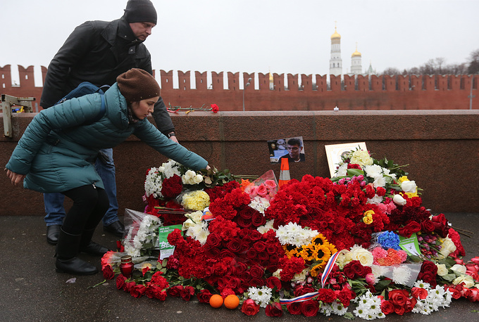 Photo: People lay flowers at the spot on Bolshoy Moskvoretsky Bridge where Russian opposition politician Boris Nemtsov was shot dead