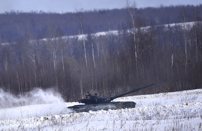 20 T-72B tanks and 16 BMP-2, infantry fighting vehicles participated in the competition. Photo: The crew of a T-72B tank during a regional stage of the 2015 Tank biathlon competition