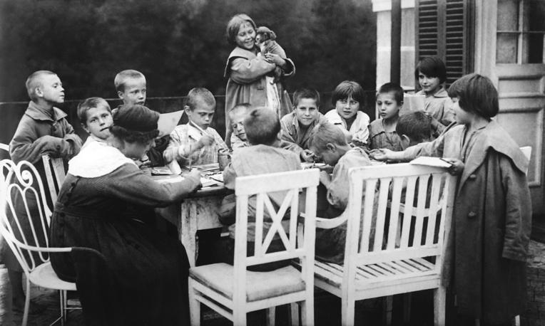 Classes in a detention center for homeless, 1926