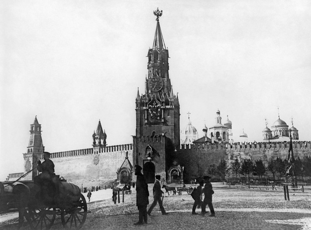 Spasskaya Tower was built in 1491 by an Italian architect Pietro Antonio Solari and is the main tower of the Moscow Kremlin, overlooking the Red Square. Photo: Spasskaya (Frolovskaya) Tower, 1915