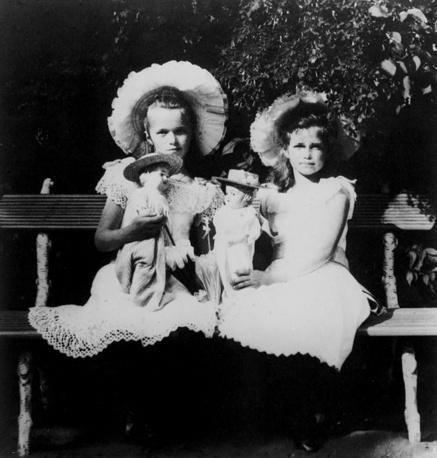 Grand Duchesses Olga and Maria, 1909