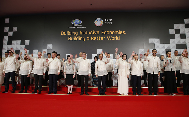 Leaders and their spouses posing for a group photograph at 2015 APEC summit in Manila