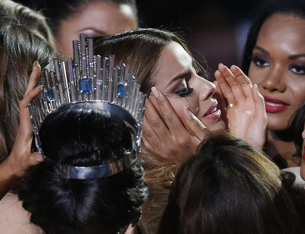 Other contestants comforting Miss Colombia Ariadna Gutierrez after she was incorrectly crowned Miss Universe 2015