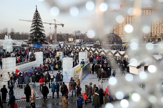 People at an ice sculptures festival in Moscow's Victory Park