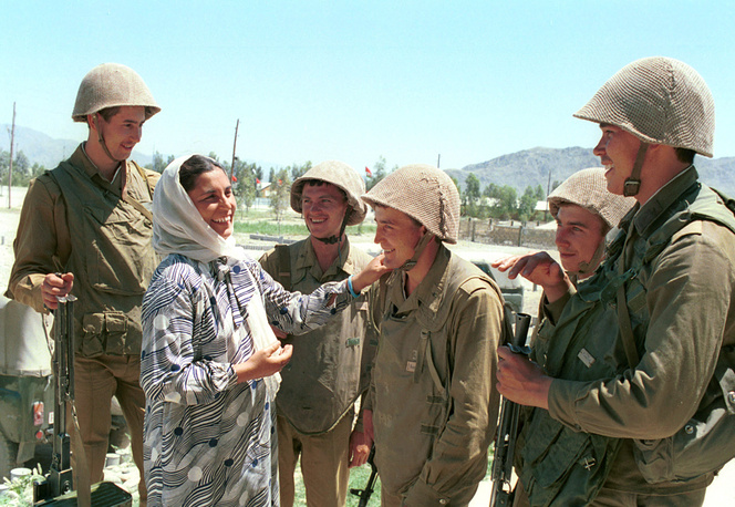 Afghan woman seeing off Soviet soldiers, 1988