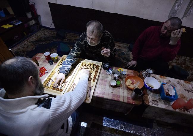 A Buddhist community member and Lama Sanye Tenzin Dokshit (Mikhail Sannikov)