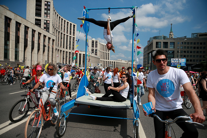 Cyclists and gymnasts in Moscow's Academician Sakharov prospect