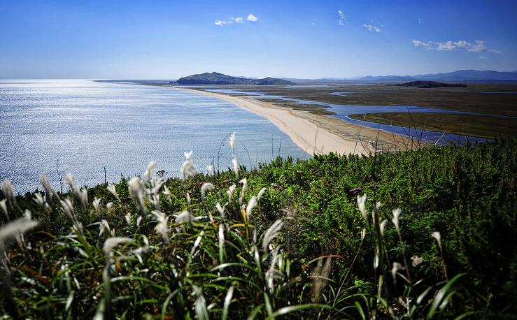 17 km long sand spit running to the False Island cape in the Far East Marine Reserve