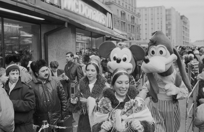 The opening of the first McDonald's restaurant near Pushkinskaya metro station in Moscow, January 31, 1990