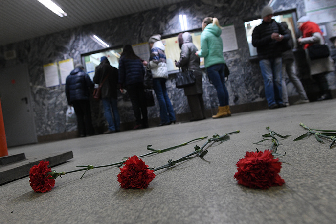 Flowers in memory of the St Petersburg explosion victims at Chkalovskaya station of the Yekaterinburg metro