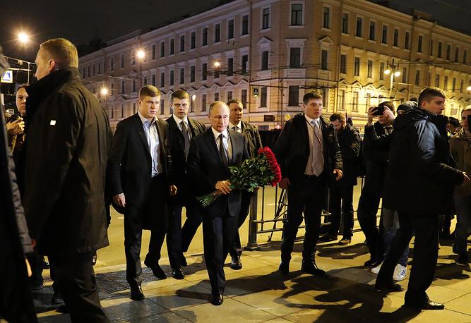 Russia's President Vladimir Putin lays flowers in memory of the St Petersburg metro explosion victims at Tekhnologichesky Institut station, Saint Petersburg, Russia, April 3