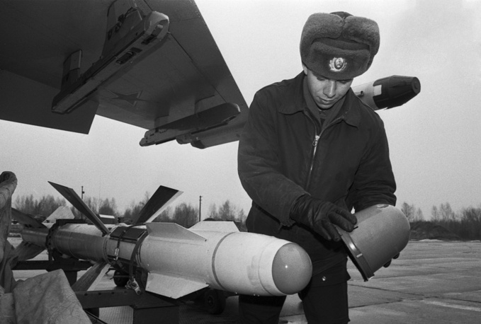 T-10 (Sukhoi's 10th design) first flew on May 20, 1977. Photo: The soldier installes the air-to-air missiles at Su-27, 1993
