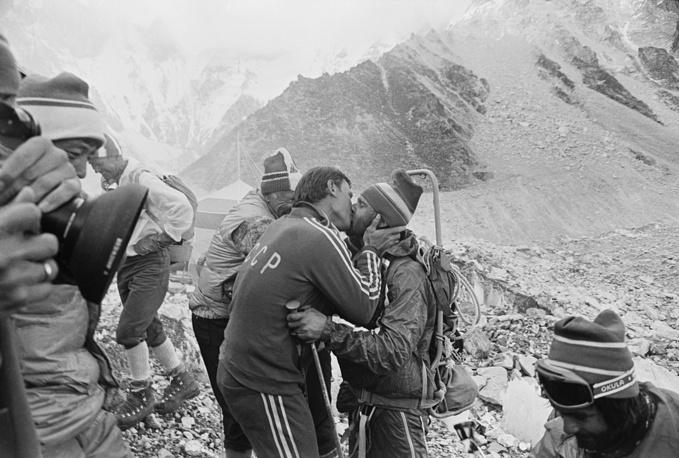Meeting the first Soviet conquerors of Everest, Vladimir Balyberdin (right) 1982