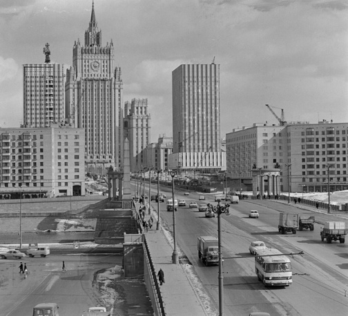 The skyscraper on Smolenskaya Square houses the offices for the Ministry of Foreign Affairs of Russia. It is 172 metres tall. Photo: A view of Borodinsky Bridge and the Ministry of Foreign Affairs in Smolenskaya Square